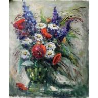 Stilleben mit Wiesenblumen in grüner Glasvase